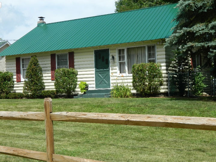 3 bedroom house with large front lawn and wood fence